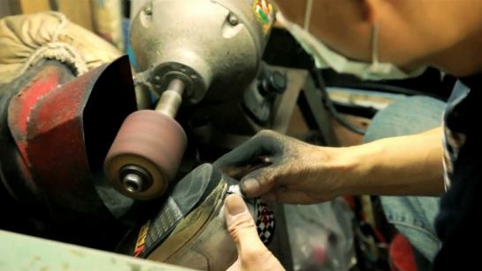 使用砂輪機磨出鞋底後跟的曲度.jpg