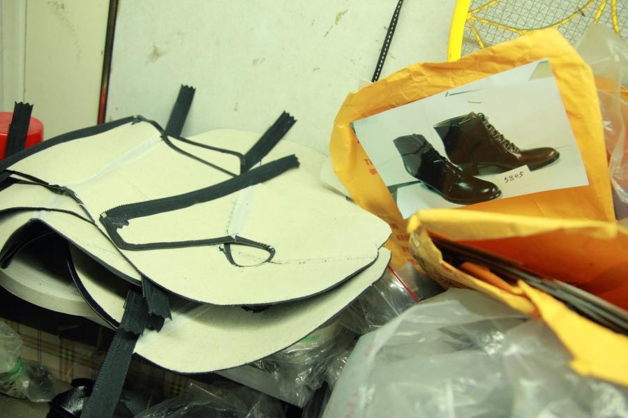 利師傅偶爾會接一些製鞋廠外包出去的小單.JPG